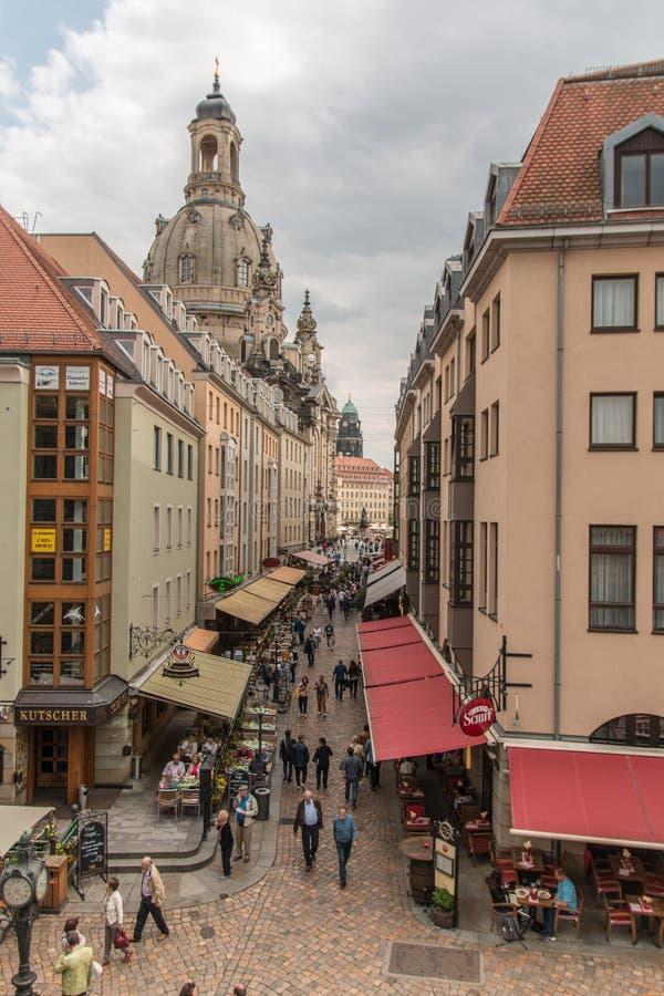 Straat in Dresden met toeristen stock foto's