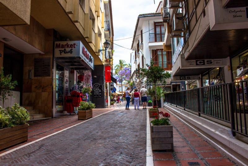 straat Een zonnige dag in de straat van Marbella stock fotografie