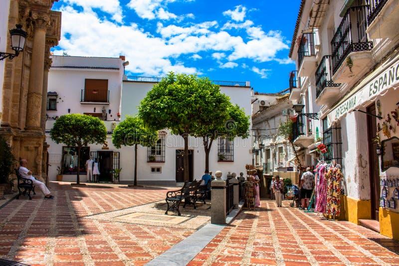 straat Een zonnige dag in de straat van Marbella stock afbeelding