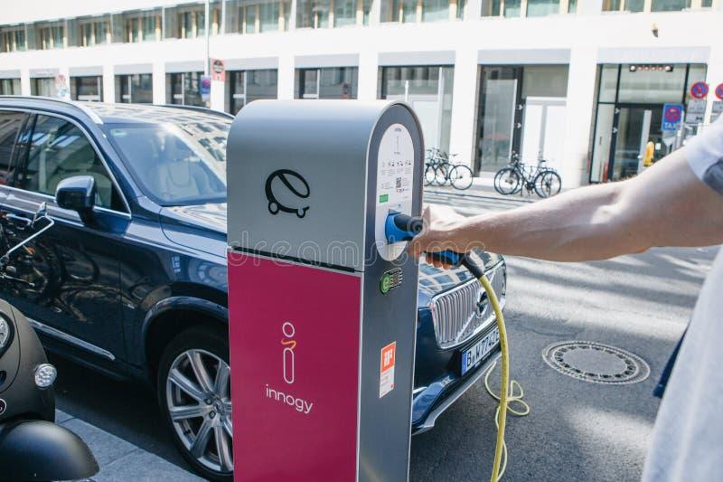Straat elektrisch benzinestation voor het elektrische auto bijtanken Milieuvriendelijke wijze van vervoer Een persoon neemt een k royalty-vrije stock foto's