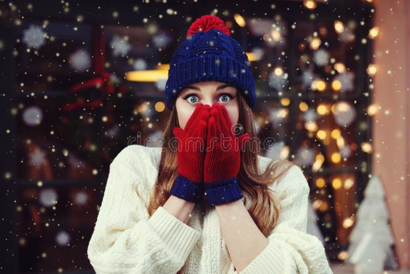 Straat emotioneel portret van het jonge mooie vrouw verrast kijken en het behandelen van haar mond Dame modieus dragen stock foto's