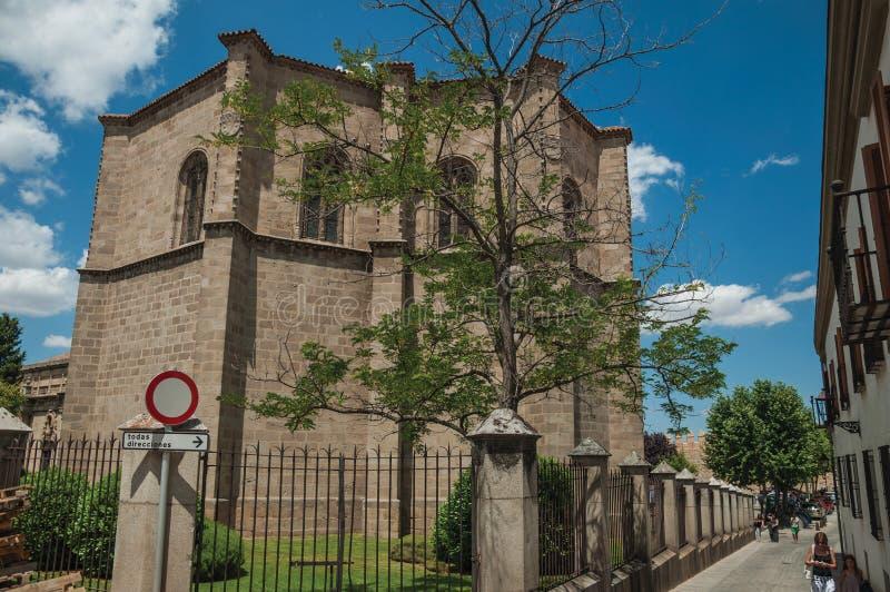 Straat en achtereind van gotische kerk in Avila royalty-vrije stock foto's