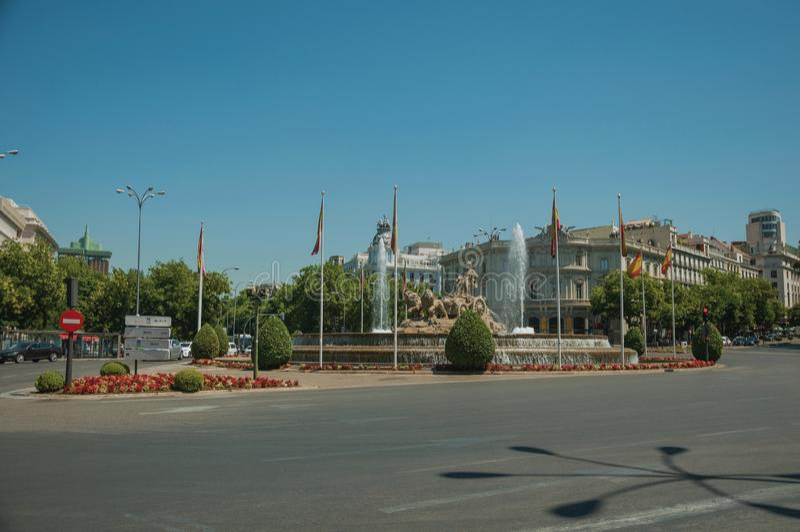 Straat en Cybele-fontein met Spaanse vlaggen in Madrid royalty-vrije stock foto's