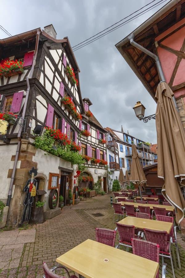 Straat en huizen in Obernai, Elzas, Frankrijk royalty-vrije stock afbeeldingen