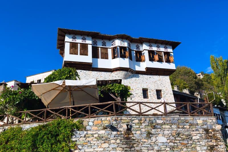 Straat en koffiemening bij Makrinitsa-dorp van Pelion, Griekenland royalty-vrije stock foto's