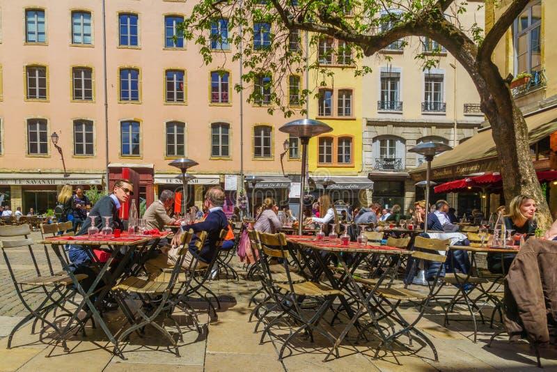 Straat en koffiesc?ne, in Oud Lyon royalty-vrije stock afbeelding