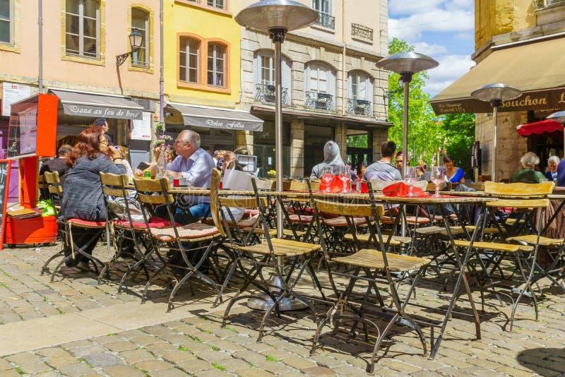 Straat en koffiesc?ne, in Oud Lyon royalty-vrije stock fotografie