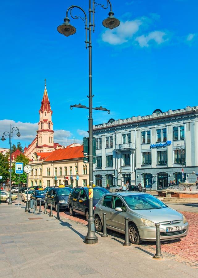 Straat en Orthodoxe Kerk van Sinterklaas in Vilnius royalty-vrije stock foto's