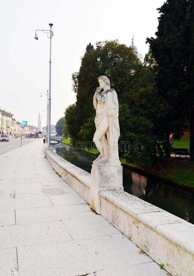 Straat, gebouwen, bomenkasteel in Castelfranco Veneto, in Italië stock afbeelding