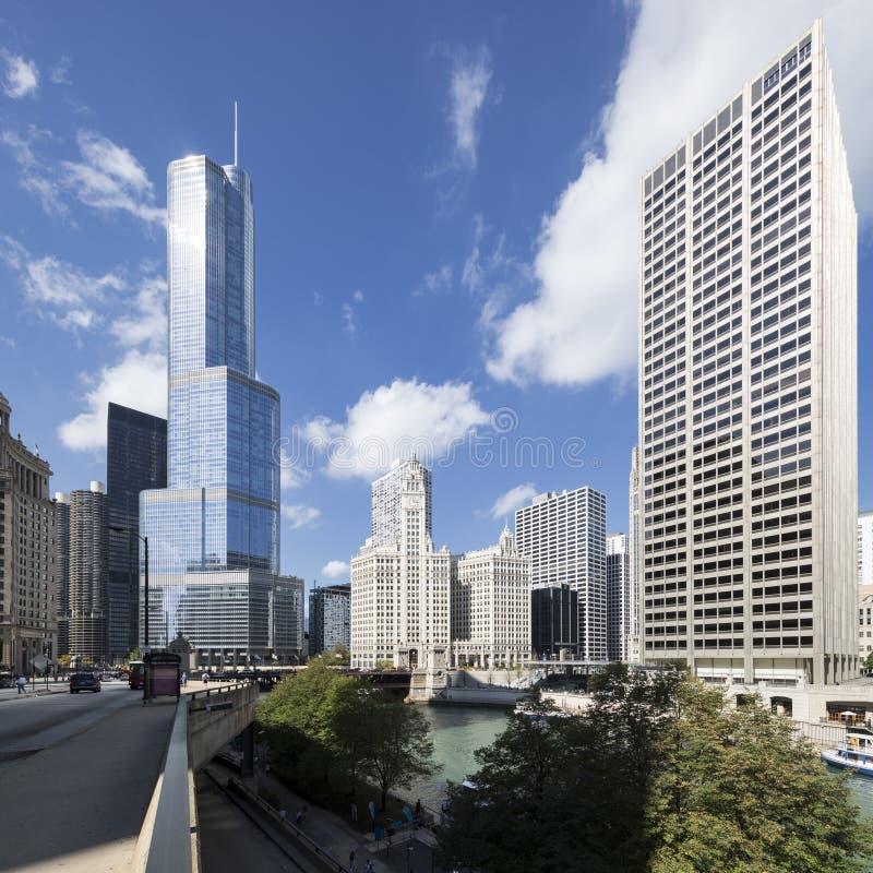 Straat, gebouwen en blauwe hemel in Chicago stock foto's