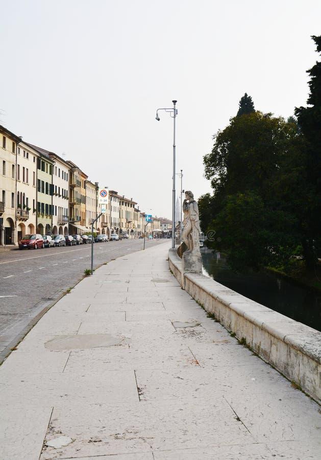 Straat, gebouwen, kasteel in Castelfranco Veneto, in Italië stock fotografie