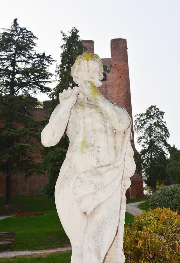 Straat, gebouwen, standbeelden, bomenkasteel in Castelfranco Veneto, in Italië royalty-vrije stock fotografie