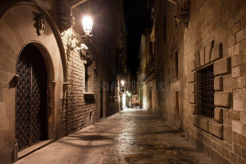 Straat in Gotisch Kwart van Barcelona bij Nacht stock afbeeldingen