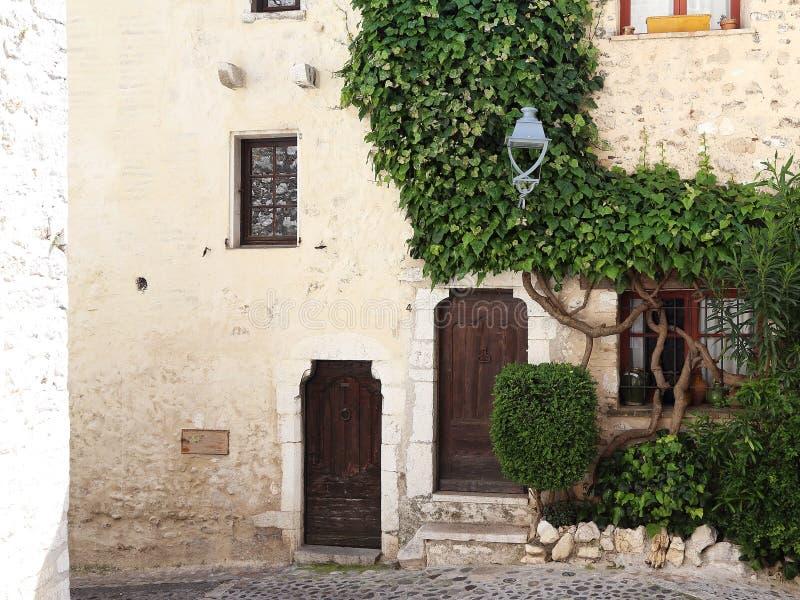 Straat in het dorp van de Provence royalty-vrije stock fotografie
