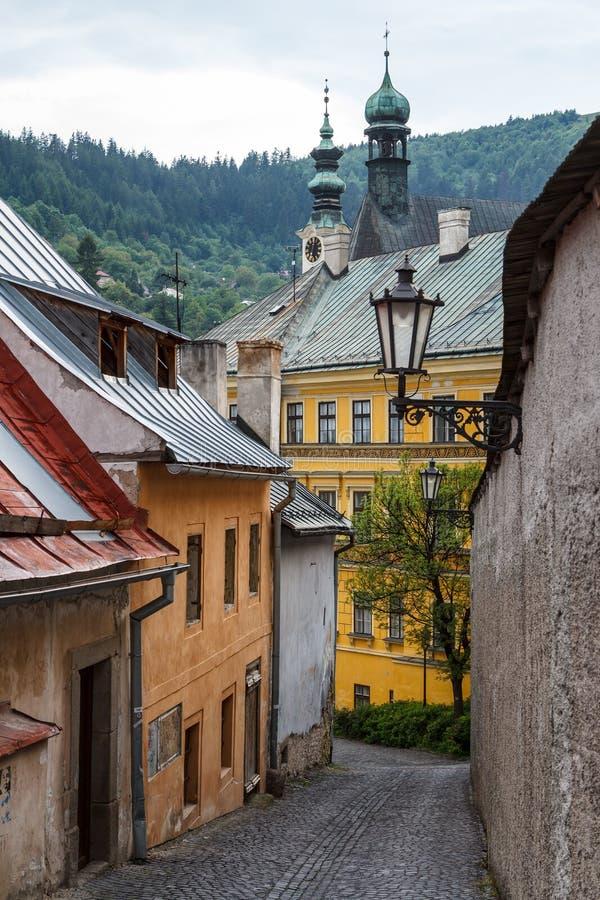 Straat in het historische centrum van de stad van Banska Stiavnica stock foto