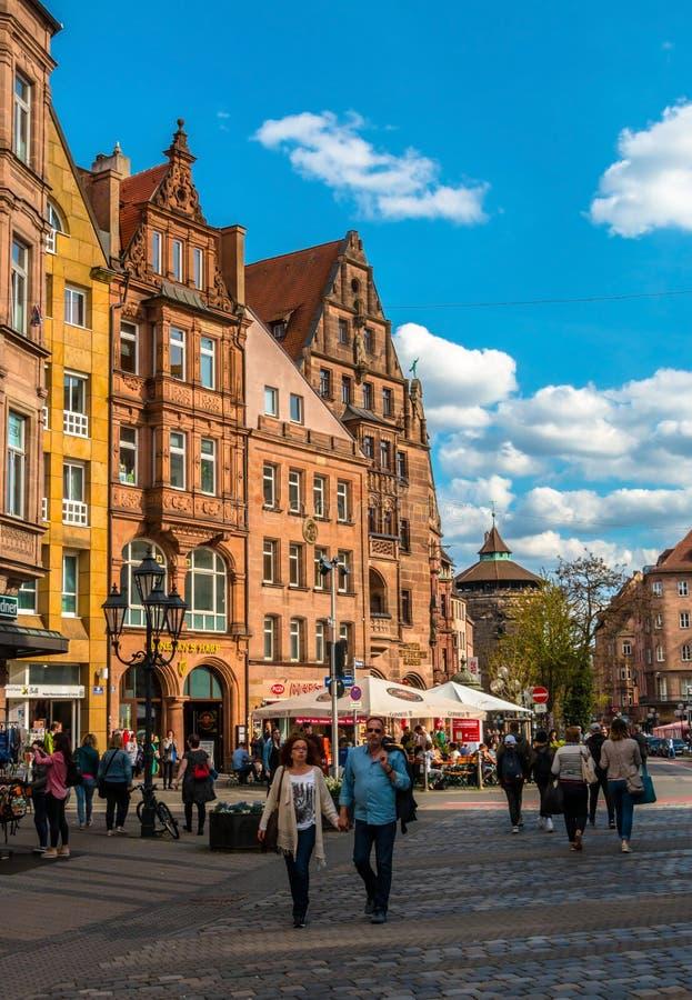Straat in het historische stadscentrum van Nuremberg stock foto's