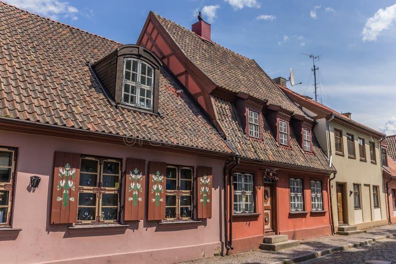 Straat in het oude deel van Klaipeda, Litouwen stock foto's
