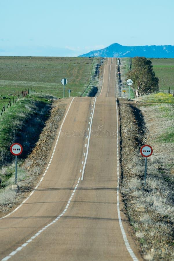Straat in heuvelig landschap stock afbeelding
