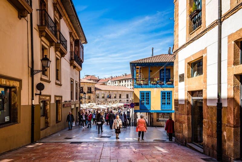 Straat in historisch stadscentrum van Oviedo stock foto