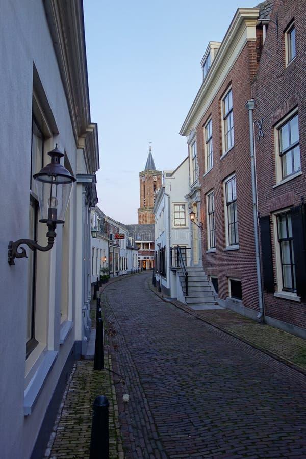 Straat in Holland met windmolen stock afbeelding