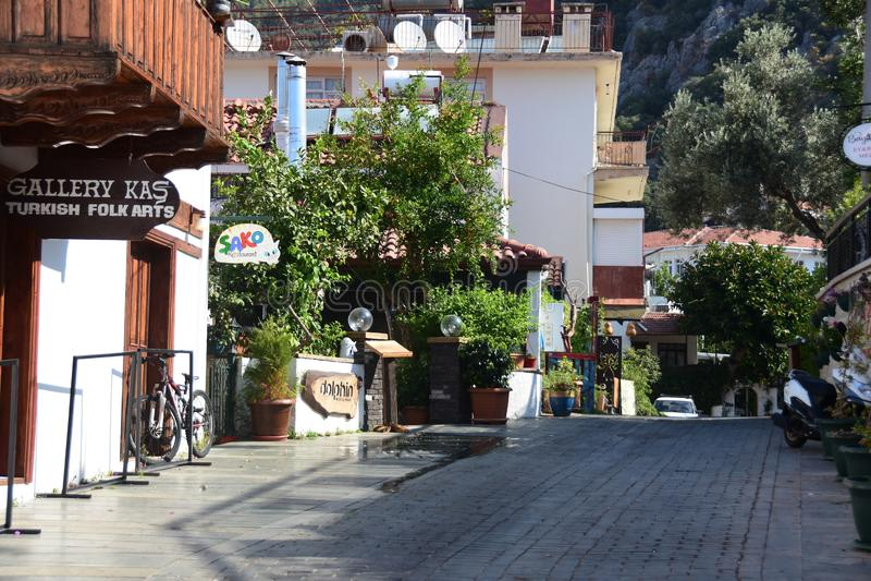Straat in KaÅŸ met traditionele huizen, Turkije royalty-vrije stock foto