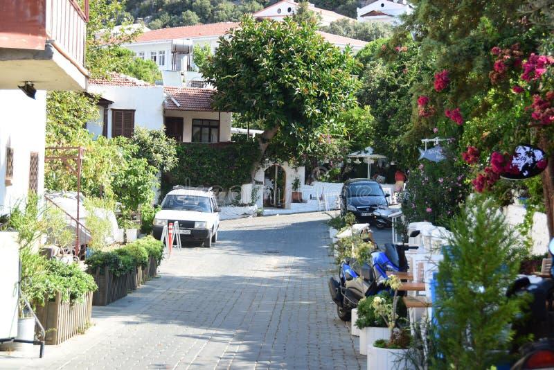 Straat in KaÅŸ met traditionele huizen, Turkije stock foto's