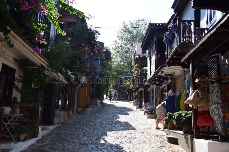 Straat in KaÅŸ met traditionele huizen, Turkije royalty-vrije stock fotografie