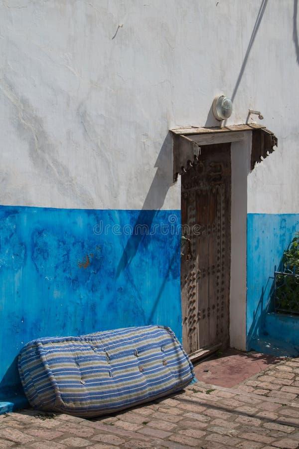 Straat in Marokko met een deur en een matras royalty-vrije stock afbeeldingen