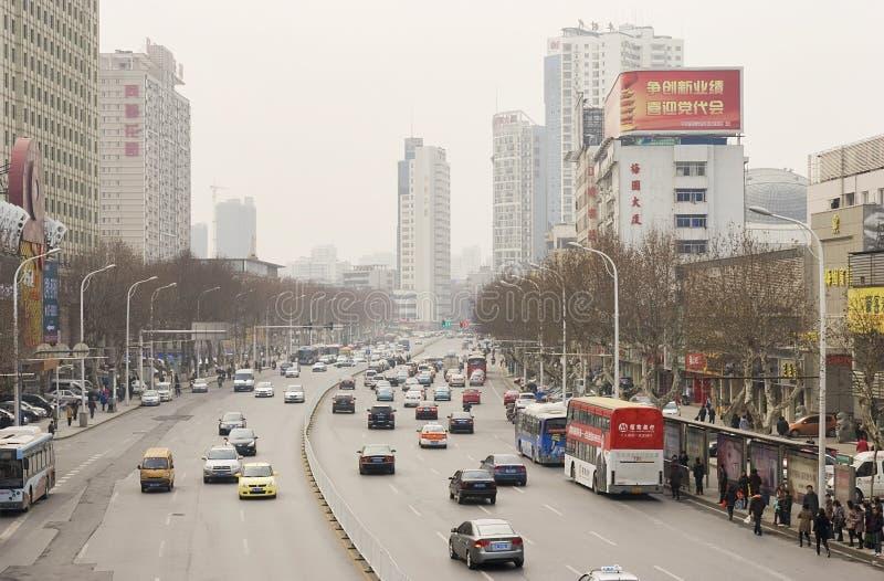 Straat met auto's in Wuhan van China stock fotografie