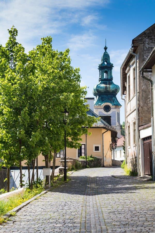 Straat met een kerk, Banska Stiavnica, Slowakije stock afbeelding