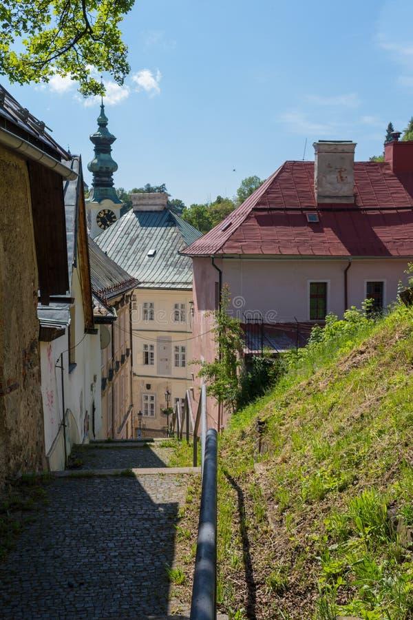 Straat met een kerk, Banska Stiavnica, Slowakije stock foto