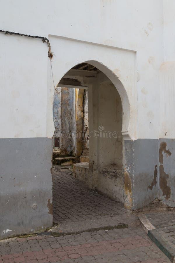 Straat met een onderdoorgang, Rabat - Verkoop, Marokko stock afbeeldingen