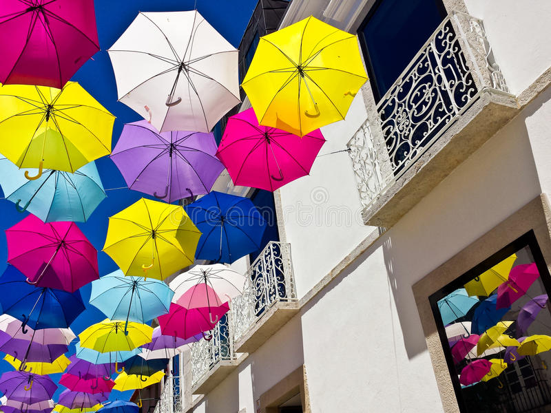 Straat met gekleurde paraplu's, Agueda, Portugal wordt verfraaid dat stock afbeeldingen