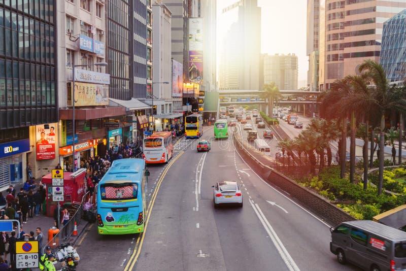 Straat met het dagelijkse leven in de grote menigten van stadsmensen, vervoer, wolkenkrabber stock afbeeldingen