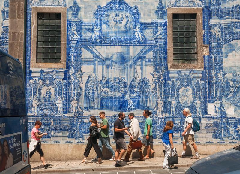 Straat met historische rond gebouwen en traditionele geschilderde tileworks azulejo, en lopende voetgangers stock afbeelding