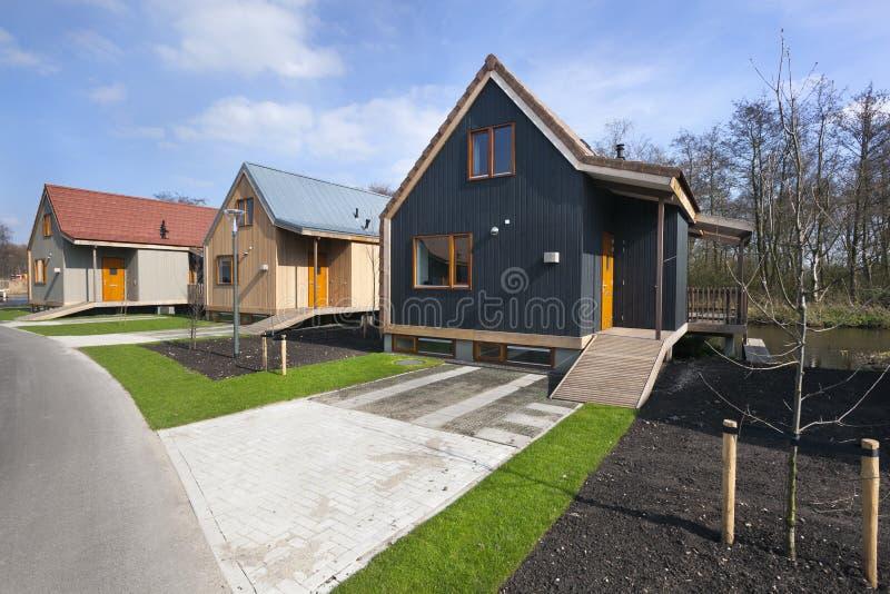 Straat met houten vakantiehuizen in Reeuwijk stock foto