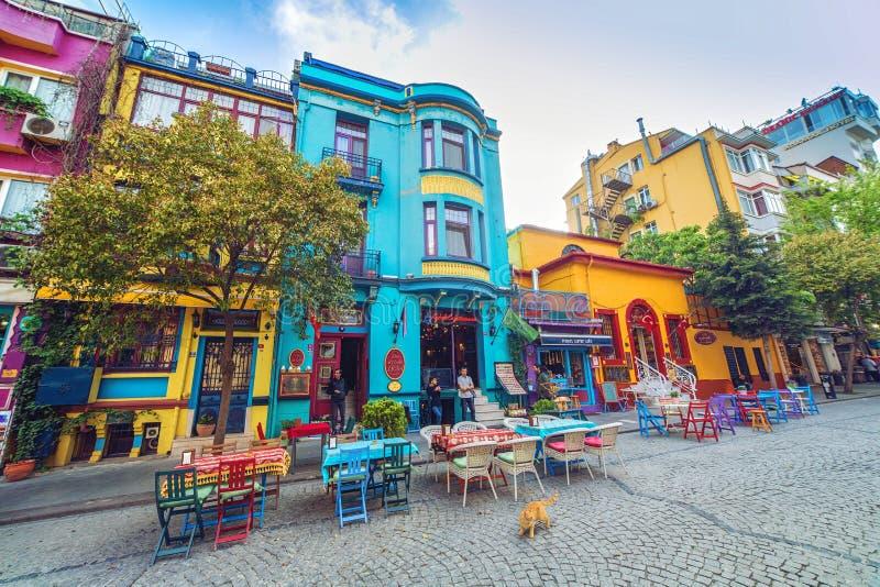Straat met kleurrijke huizen en veelkleurige koffie in Istanboel royalty-vrije stock afbeeldingen