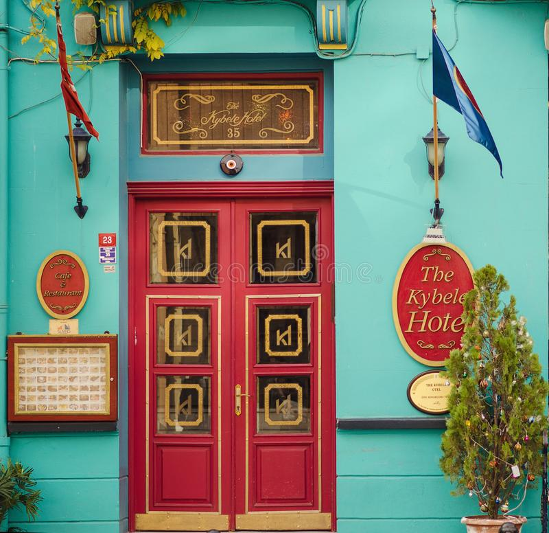 Straat met kleurrijke huizen en veelkleurige koffie in Istanboel, Sultanahmet royalty-vrije stock foto's