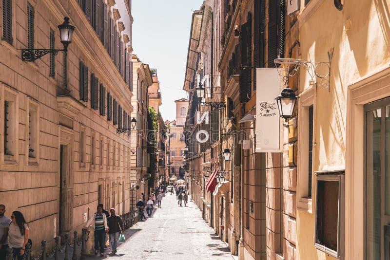 Straat met mensen in het centrum van Rome stock foto