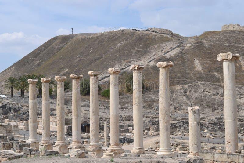 Straat met pilaren, Opgegraven oude stad van roman en Griekse archeologie van Beit Shean, van Galilee, van Israël, stock fotografie