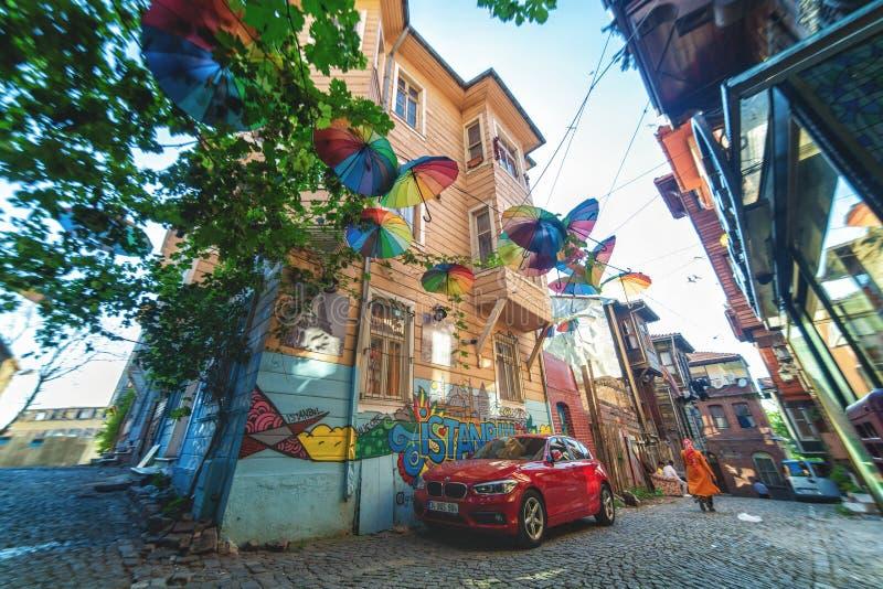 Straat met regenboog gekleurde paraplu's in Fatih-district wordt verfraaid dat stock afbeeldingen