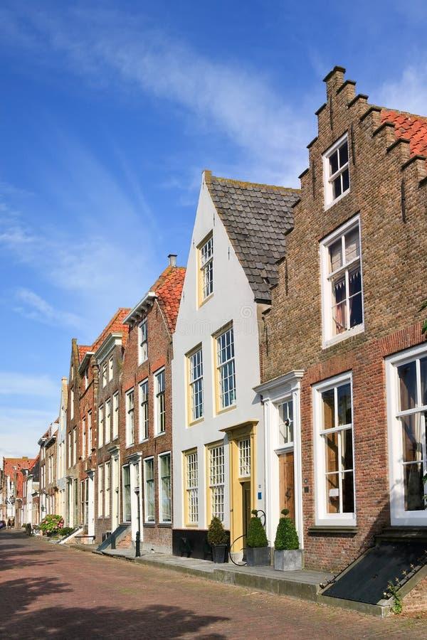 Straat met rij van oude metselwerkherenhuizen, Veere, Nederland royalty-vrije stock afbeelding