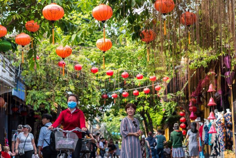Straat met rode lantaarns in Hoi An, Vietnam wordt verfraaid dat stock foto