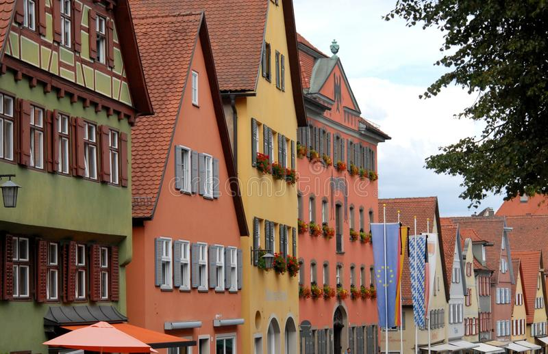 Straat met verscheidene huizen van de diverse kleuren en vele vensters in de stad van Dinkelsbuhl in Duitsland royalty-vrije stock afbeeldingen