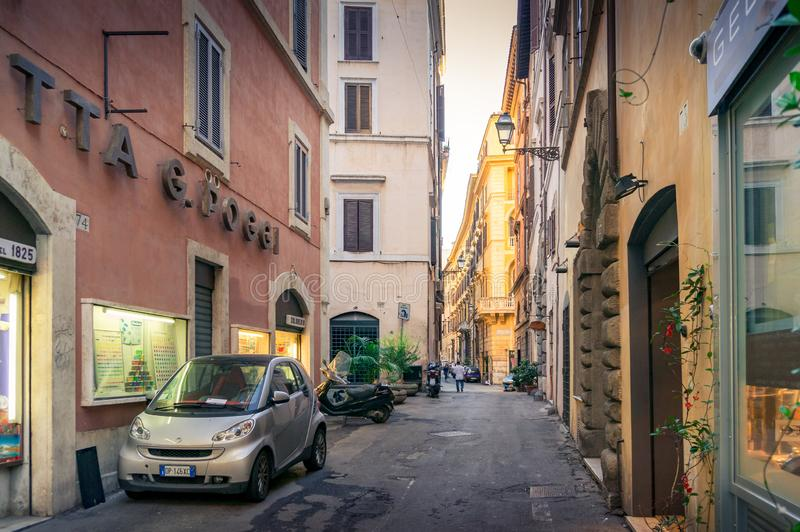 Straat met winkels en boutiques in historisch de stadscentrum van Rome stock foto's