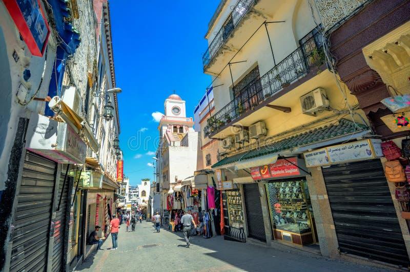 Straat met winkels in medina van Tanger marokko stock afbeelding