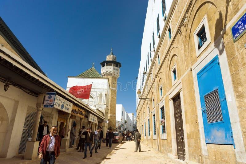 Straat met Youssef Dey Mosque, Tunis, Tunesië stock fotografie