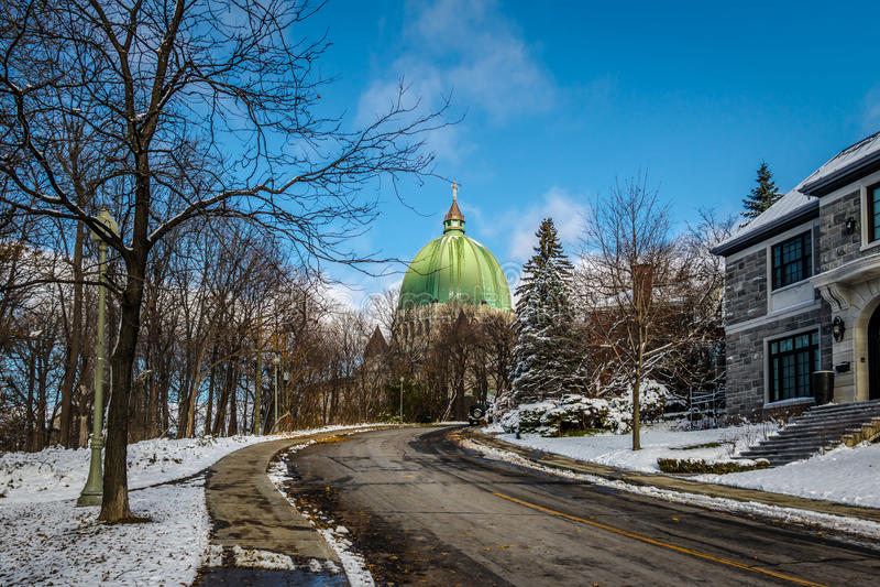 Straat in Montreal met een mening van de Retoricakoepel van Heilige Josephs - Montreal, Quebec, Canada stock foto's