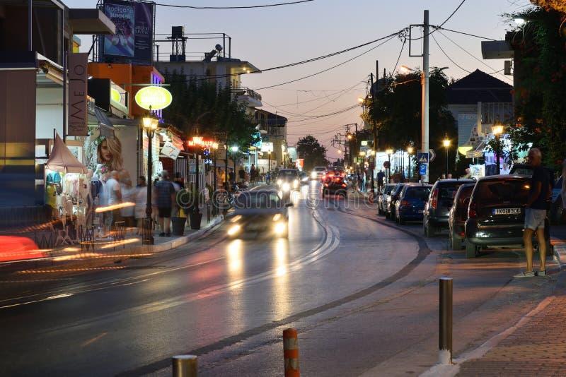 Straat na zonsondergang in Platanias, Kreta stock afbeeldingen