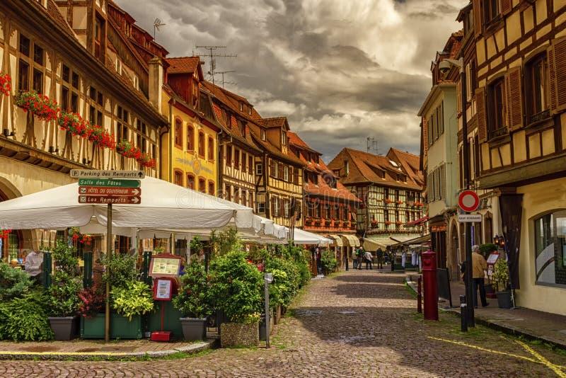 Straat in Obernai-dorp, de Elzas, Frankrijk royalty-vrije stock afbeeldingen